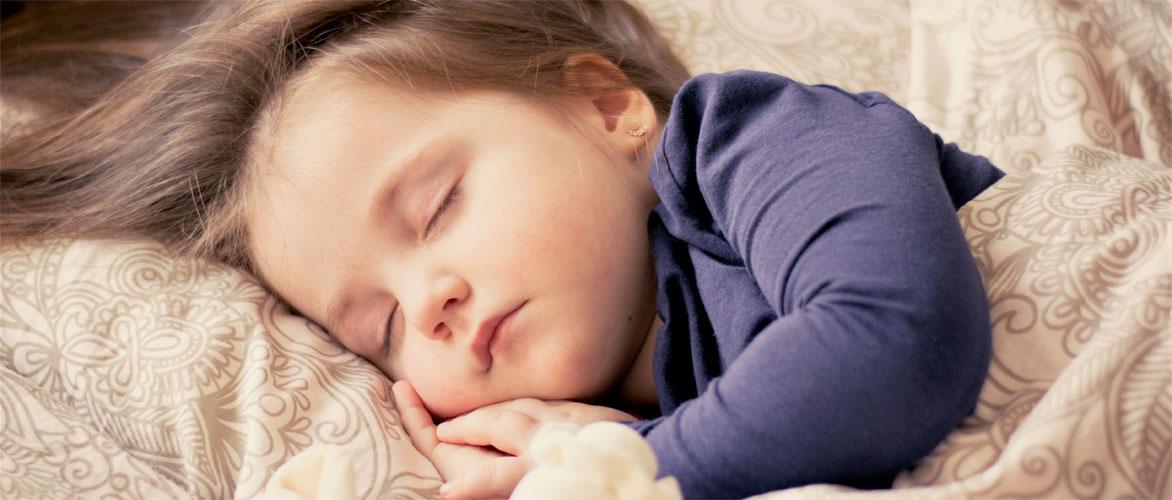 Slapend kindje, luisterend naar een liedje met naam.