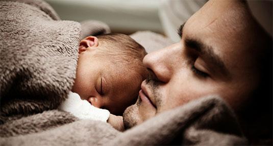Je kindje in slaap knuffelen: een heerlijk gevoel.